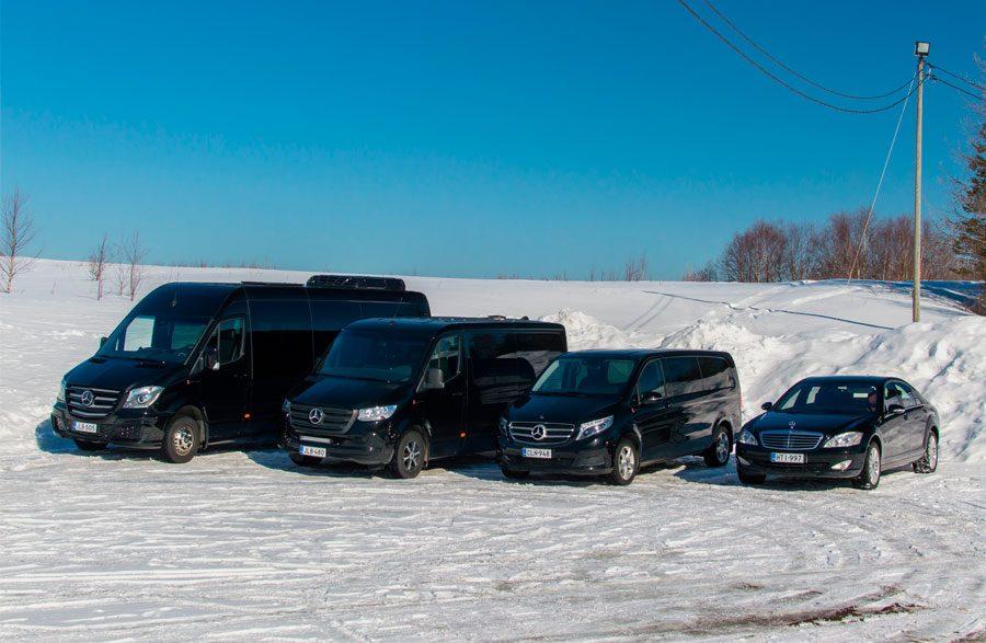Edustusajoissa käytettävä Mercedes Benz S-sarjan auto.